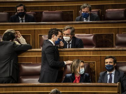 Abajo a la derecha, el líder del PP, Pablo Casado, con la portavoz de su grupo, Cuca Gamarra, y el secretario general del partido, Teodoro García Egea (de pie en el centro), el miércoles en el Congreso.