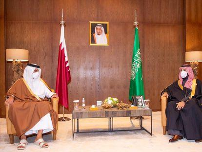 El príncipe Mohamed Bin Salmán (derecha) y el jeque Tamim Bin Hamad al Thani, este martes en Al-Ula (Arabia Saudí).