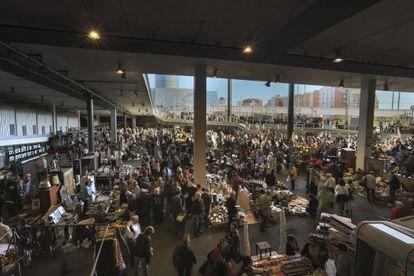 L'activitat comercial trastoca radicalment l'espai interior del nou mercat dels Encants.