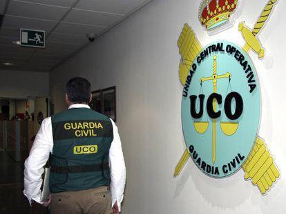 Un agente en los pasillos de la Unidad Central Operativa de la Guardia Civil, la UCO.