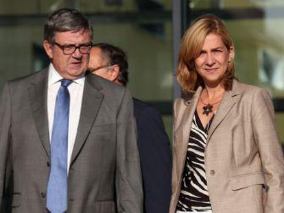 La infanta Cristina y su secretario, Carlos García Revenga, tras visitar al Rey en su reciente operación.