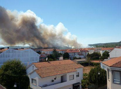Columna de humo en las proximidades de la localidad de Bertamiráns, perteneciente al concello de Ames