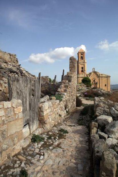 Església de Sant Pere de Corbera d'Ebre, en una imatge actual, al mig de les ruïnes del poble vell.