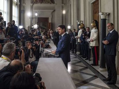 El primer ministro italiano ha pasado de ser un hombre de paja a la figura clave sobre la que se apoya una compleja estrategia política para aislar a Matteo Salvini