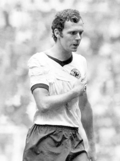 Beckenbauer, con el brazo en cabestrillo ante Italia.