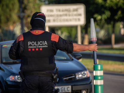 Un 'mosso' controla el acceso a la A-2 dirección Barcelona, en Lleida, capital de la comarca del Segrià.