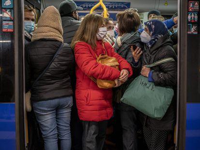 Aglomeraciones de usuarios, en el metro de Madrid en enero.