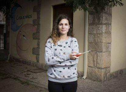 """Laura García, de 26 años, es maestra en la Casa de Niños de Torremocha del Jarama. Se mudó con sus padres desde Malasaña cuando solo tenía siete años. Aunque está feliz con la vida de pueblo, está estudiando oposiciones para encontrar estabilidad laboral y vivir más cerca del centro de la capital: """"Lo que llevo peor de vivir aquí es que tardo una hora y cuarto en llegar en bus a Madrid""""."""