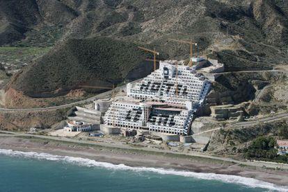 Vista aérea de las obras del hotel El Algarrobico, en Carboneras (Almería).