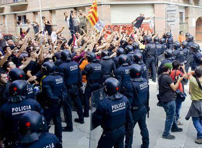 Un grupo de independentistas grita a varios falangistas que se manifestaban en Arenys de Munt.