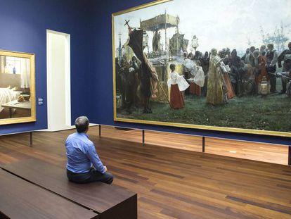 Un visitante del Museo de Málaga contempla 'La bendición del campo'.