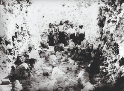 Excavation in 1942 of the starting ramp of the siege of the Iberian city of Azaila.