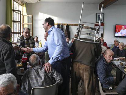 El presidente de la Diputación de Cuenca, el popular Benjamín Prieto, en una ruta de precampaña en Ledaña.