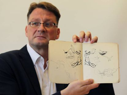 Stefan Litt, conservador de la Colección de Humanidades de la Biblioteca Nacional de Israel, muestra parte de los documentos de Kafka publicados.