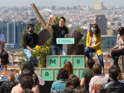 El líder de Más País, Íñigo Errejón, en un acto con la candidata de Más Madrid, Mónica García, y su candidatura.