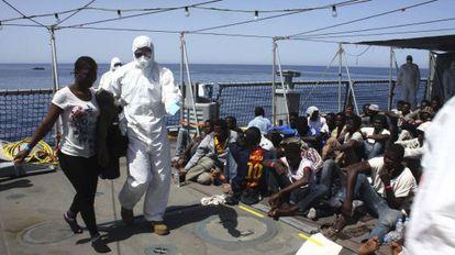 Inmigrantes rescatados cerca de la costa libia el pasado jueves en una imagen cedida por las Fuerzas Armadas alemanas.