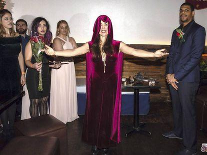 Gabrielle St. Evensen, en una de las ceremonias de 'autocasamiento' que celebra con asiduidad (a la derecha, el contrayente).
