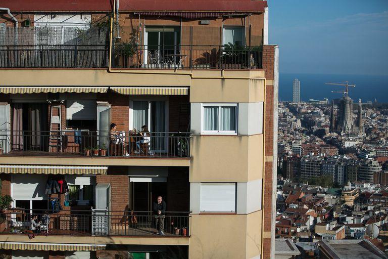 Vida en los balcones de un edificio de Barcelona, el pasado abril durante el confinamiento.