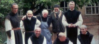 Una foto de antes del secuestro, donde posan cuatro de los monjes asesinados.