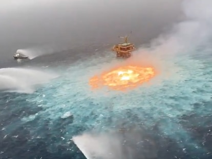 Varios barcos intentan apagar una fuga en un gasoducto submarino en Campeche, el viernes pasado.