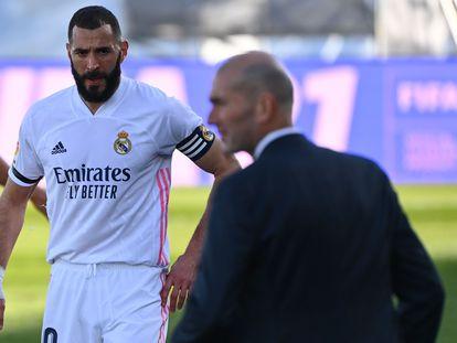 Benzema y Zidane, en el partido de Liga contra el Valencia hace dos semanas.