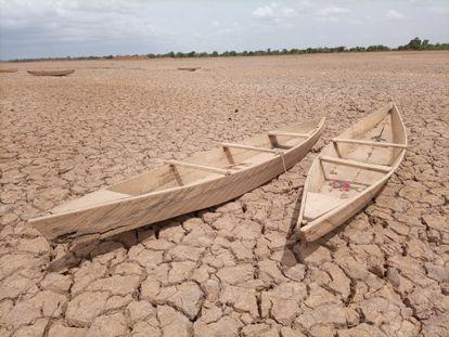 Lago seco cerca de Uagadugú, capital de Burkina Faso. En época de sequía, los pescadores abandonan sus canoas mientras esperan a que vuelva el agua.