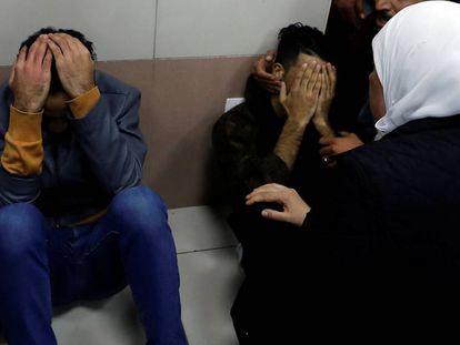 Familiares del palestino Hamdi Naasan, muerto por disparos de colonos israelíes, en la morgue de un hospital de Ramala.