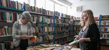 Dos vecinas del Zaidín de Granada, en la biblioteca Las Palomas, cuya gestión han tenido que asumir los vecinos.