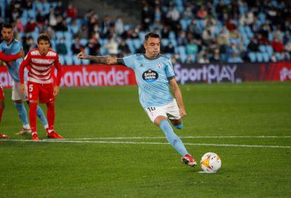 Iago Aspas se dispone a golpear el balón desde el punto de penalti (que falló) durante el partido contra el Granada.