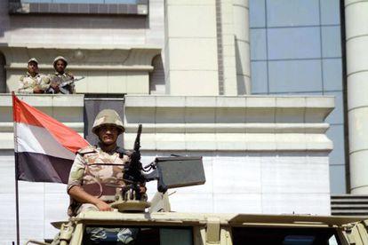 Varios soldados vigilan la sede del Constitucional en El Cairo.