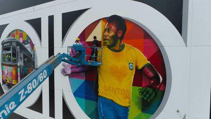 Un grafiti de Pelé, pintado por el artista brasileño Kobra en Santos en homenaje a los 80 años del rey del fútbol.