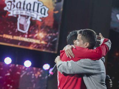 Skone y Jota se funden en un abrazo tras su batalla final.