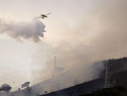 Un hidroavión de Bomberos sobre el incendio en Collserola