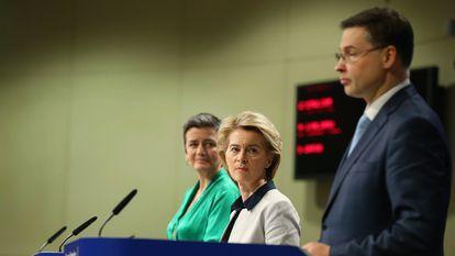 La presidenta de la Comisión Europea, Ursula von der Leyen (centro), con los vicepresidentes ejecutivos Margrethe Vestager y Valdis Dombrovskis, en una comparecencia el día 13 en Bruselas.