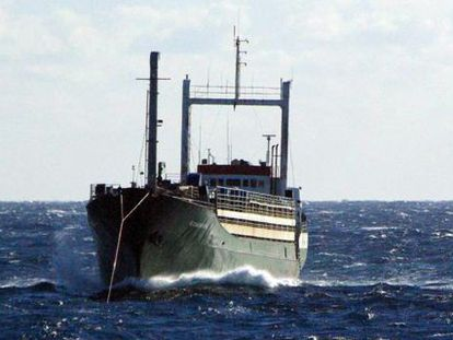 Imagen del carguero 'Ezadeen', de bandera de Sierra Leona, tomada este viernes por un guardacostas a 40 kilómetros de la costa italiana.