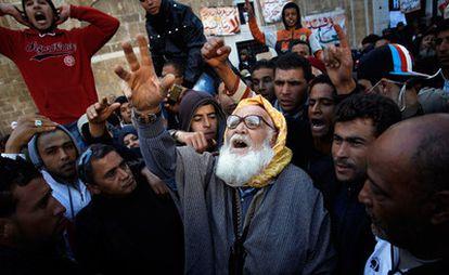 Un hombre, llegado de un área rural del interior de Túnez, lanza soflamas frente la sede del primer ministro en la capital del país magrebí.