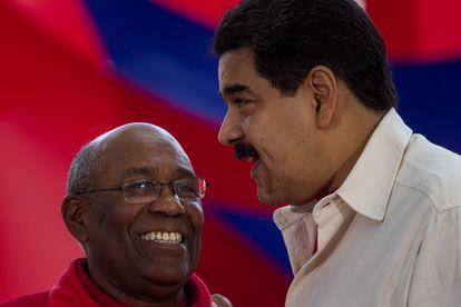 Aristóbulo Isturiz habla con el presidente de Venezuela, Nicolás Maduro, en un acto en Caracas en 2016.