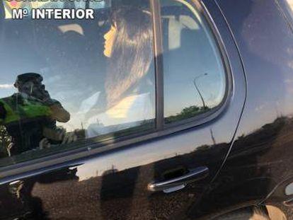 El maniquí de una mujer en la parte trasera del vehículo.