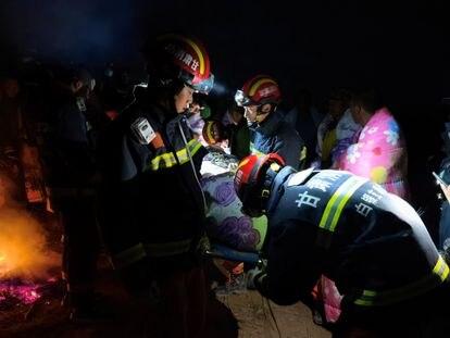 Los equipos de rescate trabajan en Baiyin (China) para socorrer a los participantes del ultramaratón que ha costado la vida este domingo a 21 corredores por hipotermia.