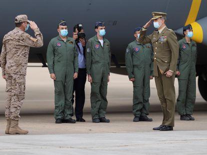 Felipe VI y Pedro Sánchez reciben a los militares tras su llegada a España desde Afganistán en mayo.