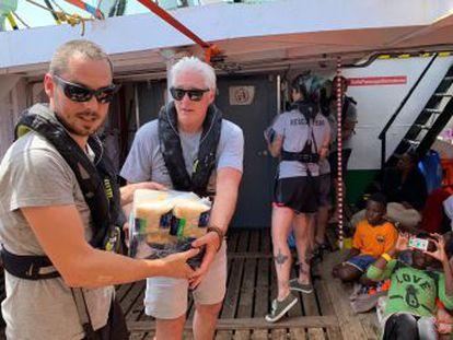 El actor Richard Gere lleva víveres al buque que aguarda puerto hace ocho días con 212 personas a bordo
