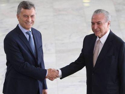 Los presidentes de Argentina y Brasil se dan la mano en un encuentro reciente.