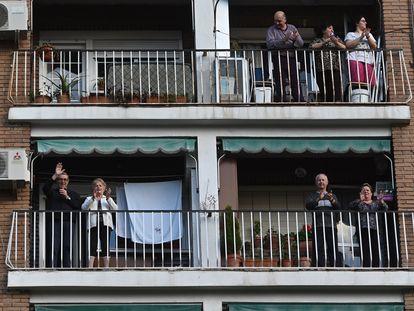 Vecinos de Alcalá de Henares aplauden desde sus balcones en homenaje y reconocimiento a la labor de los servicios sanitarios.