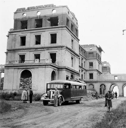 Un grupo de turistas de las rutas nacionales, durante una visita a Oviedo en 1938.