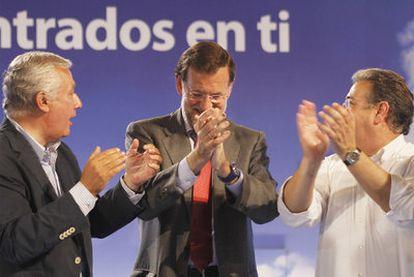 Mariano Rajoy, entre Javier Arenas y Juan Ignacio Zoido, el 19 de mayo en Sevilla.
