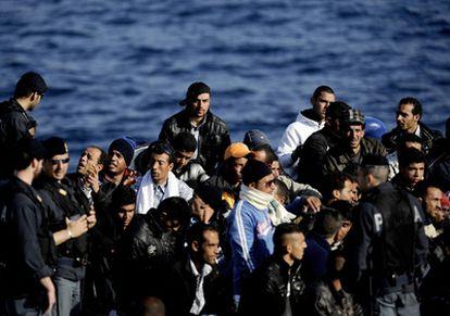 Parte del grupo de 700 inmigrantes que serán trasladados desde Lampedusa a Sicilia para ser repatriados a Túnez.