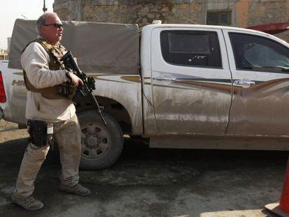 Un contratista junto a la sede policial donde se ha producido el ataque.