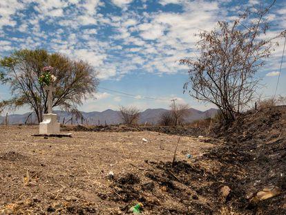 Tumba en una cuneta de la carretera a Tuxcacuesco