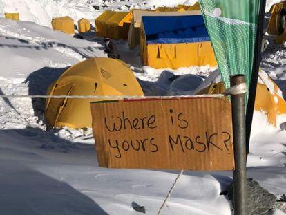 """Zona acordonada en el campo base del Everest, con un cartel en el que se lee: """"¿Dónde está tu mascarilla?""""."""