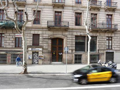 Una de las fincas vacías, en la calle de Pau Claris.